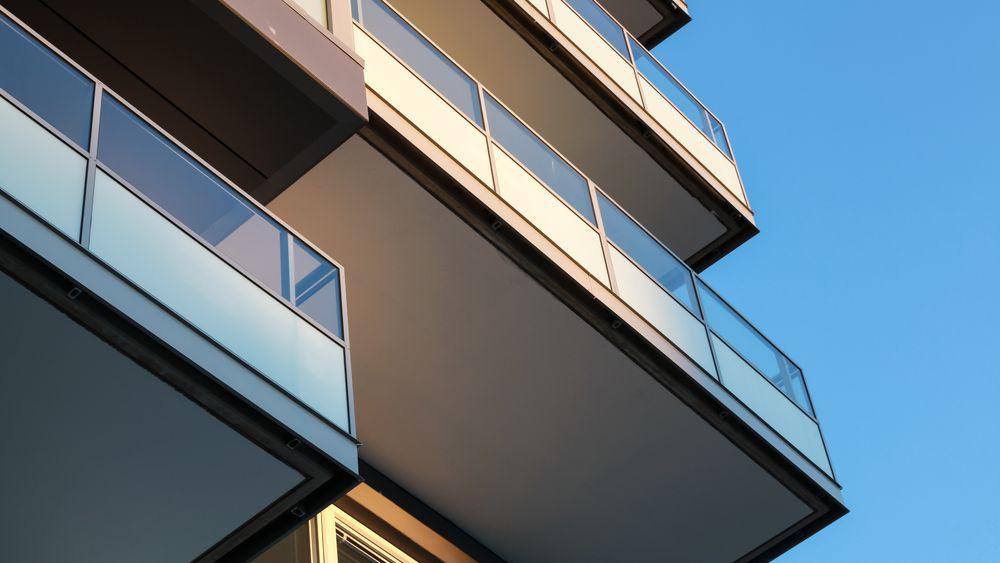 Balkong- og trapperekkverk i glass har blitt populært de siste årene. Nå skal det forskes på hvilke løsninger som er sikre nok.