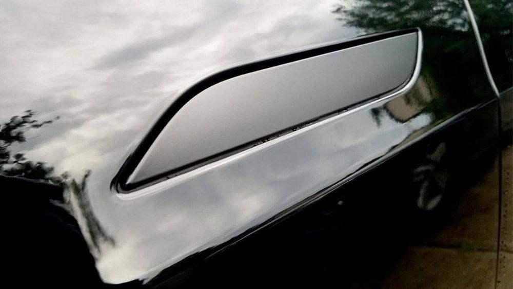Dørhåndtaket på en Tesla Model S er innfelt i døra. Brannmannskapene klarte ikke å åpne den, da bilen sto i brann.