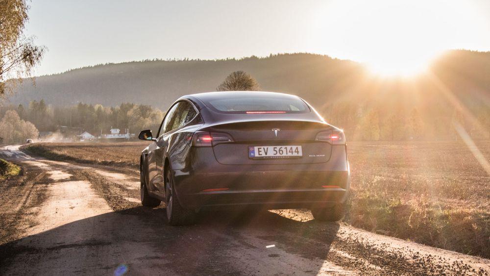 Tesla-eiernes dom: Langt færre klager på feil, jubler for kjøreopplevelsen