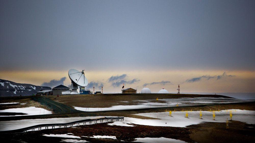 Svalbard, her fra Ny-Ålesund, er i dag preget av permafrost. Situasjonen kan bli en helt annen mot slutten av århundret dersom temperaturen stiger. Foto: Lise Åserud / NTB scanpix