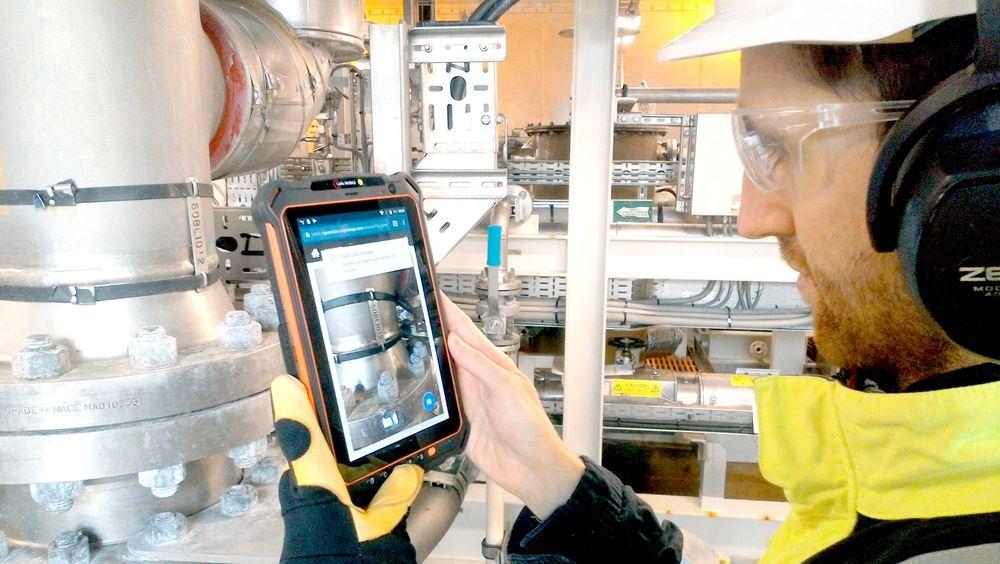 Når Aker BP-operatørene på Skarv bruker en spesialdesignet mobiltelefon som verktøy sparer de tid samtidig som feil og behov for vedlikehold kan oppdages raskere.