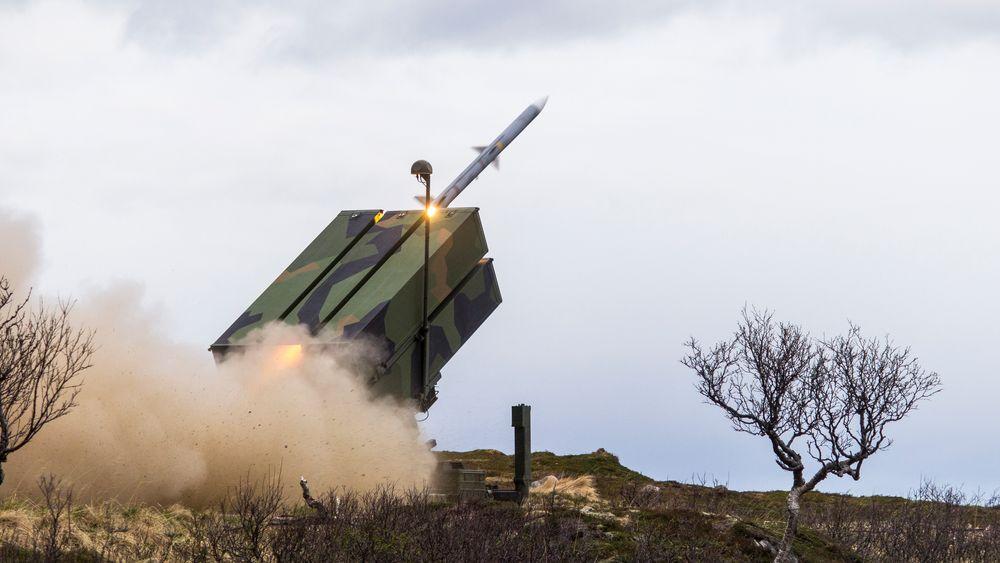 Amraam-missil på vei ut fra Nasams-launcheren på en øvelse på Andøya.