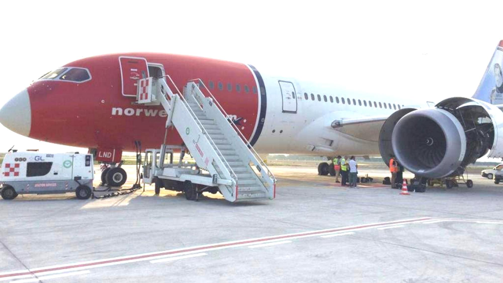 Boeing 787-8-flyet LN-LND etter å ha landet igjen på Fiumicino med én motor.