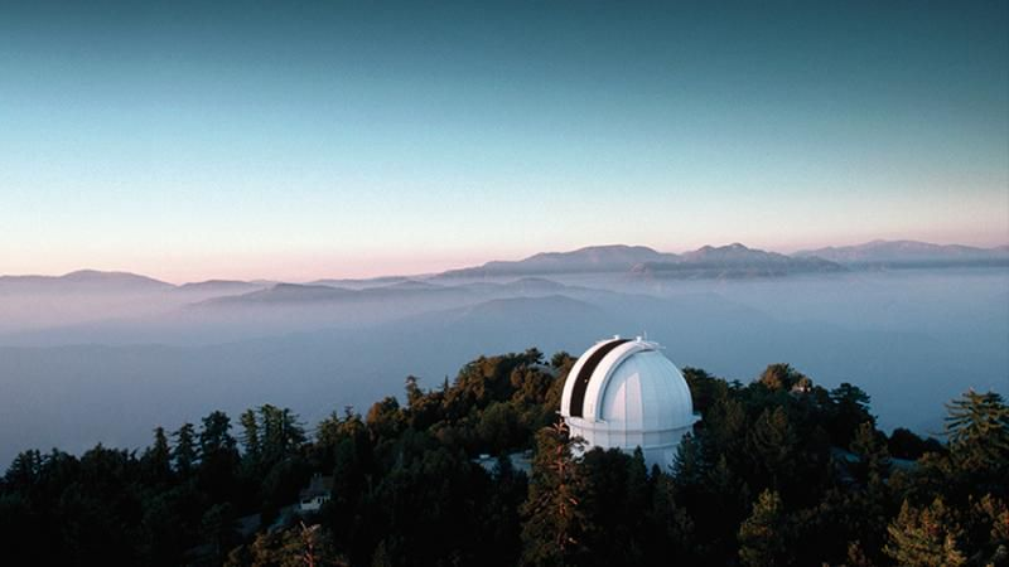Observatoriet på Mount Wilson, hvor Edwin Hubble gjennomførte sine skjellsettende observasjoner. Økende lysforurensing fra Los Angeles har begrenset teleskopets observasjonsmuligheter, men stedet er fremdeles et senter for aktiv forskning.