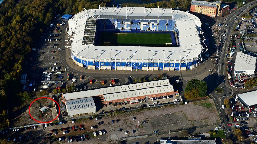 Flyfoto av helikoptervraket like ved King Power Stadium i Leicester i England.