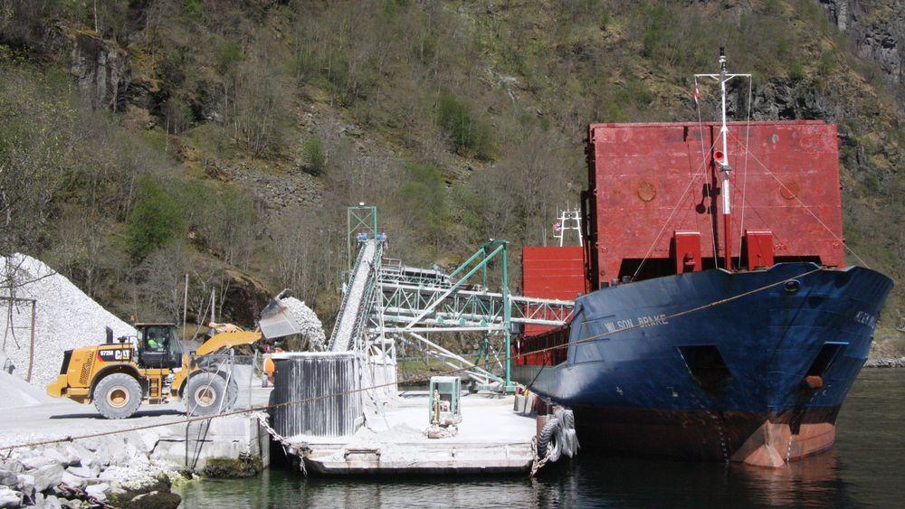Wilson Brake laster stein i Gudvangen. Skipet ble bygget i 1997 og er dermed ikke av de aller eldste. Skipet er 87,9 meter langt, 12,8 meter bredt og på 3710 dødvekttonn.