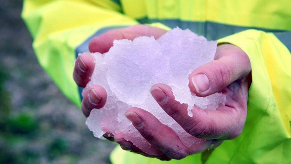 Slik ser is-sørpa ut før den sendes gjennom rørene for å rense dem for biofilm og sedimenter.