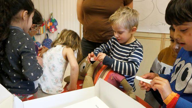 Hva er den beste medisinen mot stort sett det meste? Plaster! Barna i Glomfjord barnehage har lært seg det viktigste.