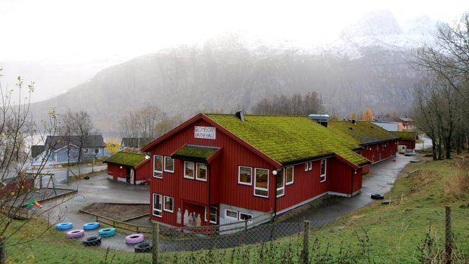 Glomfjord barnehage i Meløy kommune ligger idyllisk til, og har et stort uteområde.
