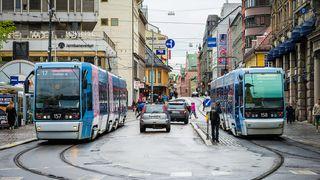 Trikker begge veier på Stortorvet i Oslo.