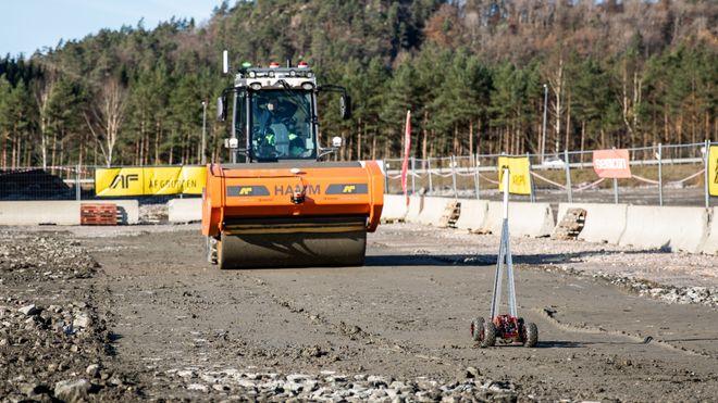 Her er Norges første selvkjørende anleggsmaskin – én operatør skal styre flere maskiner