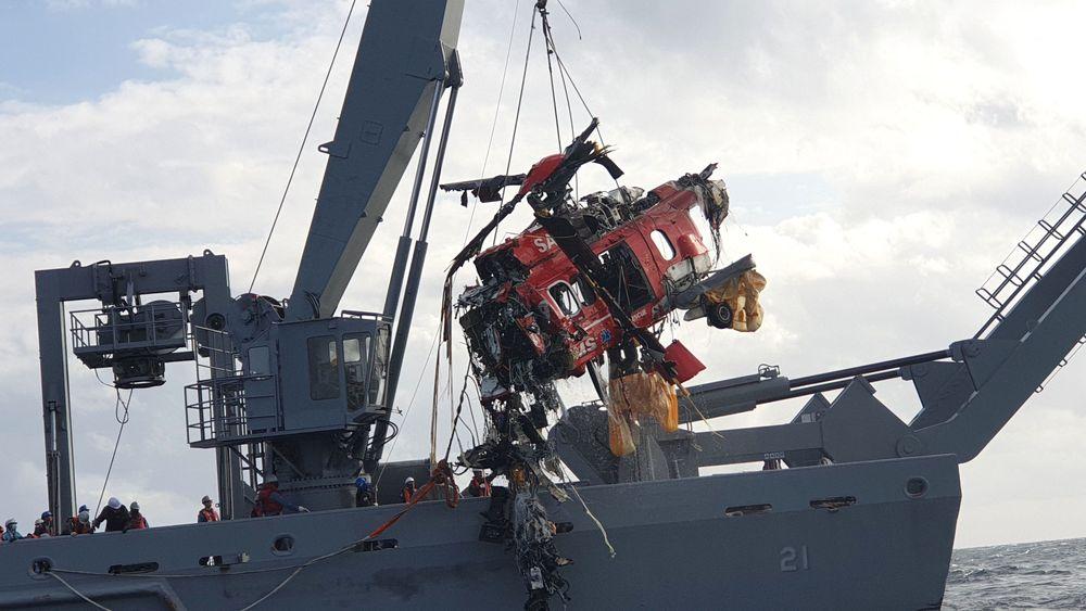 Den koreanske kystvakta fikk hevet helikoptervraket søndag. Det skal nå undersøkes av havarikommisjonen.