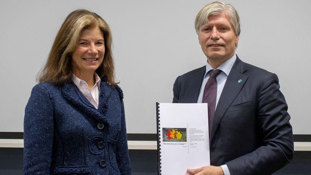 Utvalgsleder Ingrid R. Lorange overleverte rapporten fra Ekspertutvalget for reduksjon og behandling av farlig avfall til klima- og miljøminister Ola Elvestuen (V).