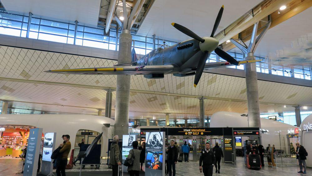 En Spitfire-modell er hengt opp i taket inne på Oslo lufthavn i forbindelse med markeringa av Luftforsvarets 75-årsjubileum.