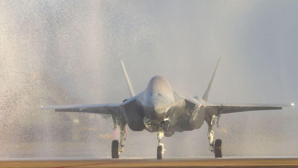 Hvor er vindusviskeren? Slik så Nederlands F-35-fly AN-9 ut rett etter landing på Leeuwarden-basen torsdag.