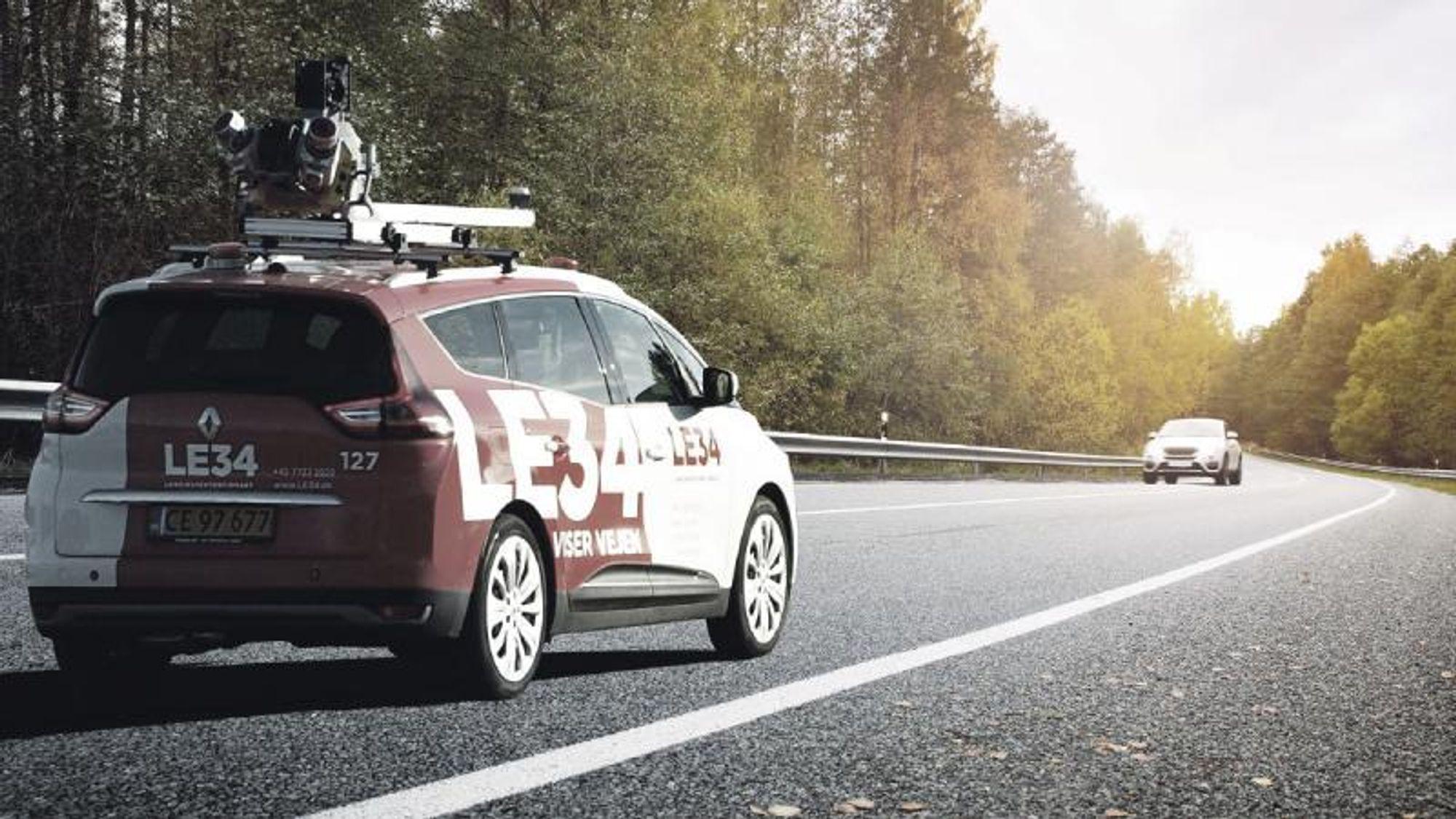 Med sin egen «street view-bil» har landinspektørbedriften målt opp en veistrekning på 11 km på en formiddag. Dette ville normalt ha tatt to medarbeidere mellom 25 og 30 dager. GNSS-antenne registrerer systemets relative retning i forhold til nord.