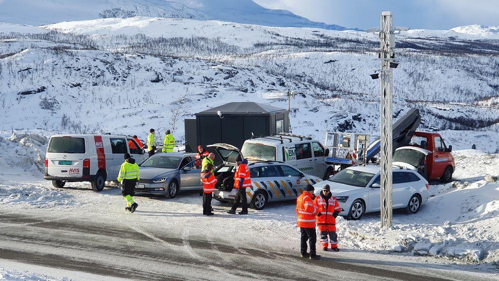 Testing av V2X-utstyr langs E8 i Troms. Wifi-hotspot er montert i toppen av stolpen.