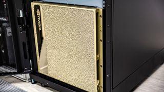 Nvidia DGX-2, gullfarget boks med Nvidia-logo