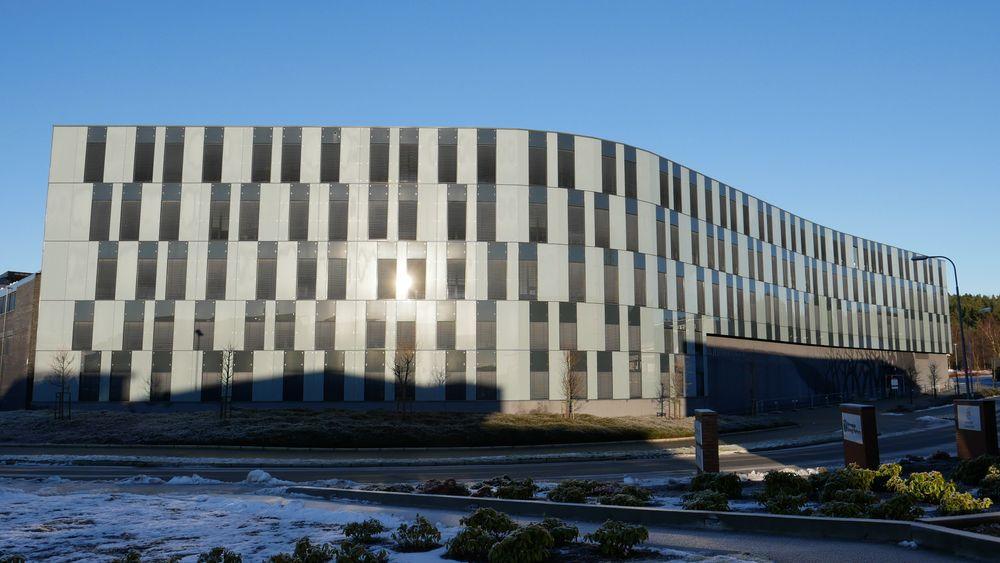 Glassfasaden på Oljedirektoratets bygg i Stavanger skal rehabiliteres med solkraftanlegg i løpet av vinteren. Denne typen rehabilitering kan bli en viktig del av den totale strømproduksjonen tror norske forskere.