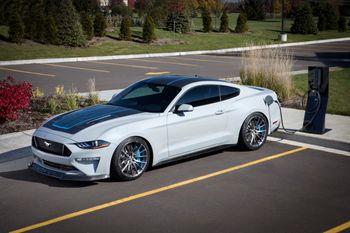Med 900 hk og sekstrinns manuell girkasse er Ford elektriske Mustang Lithium sikkert rimelig underholdende.