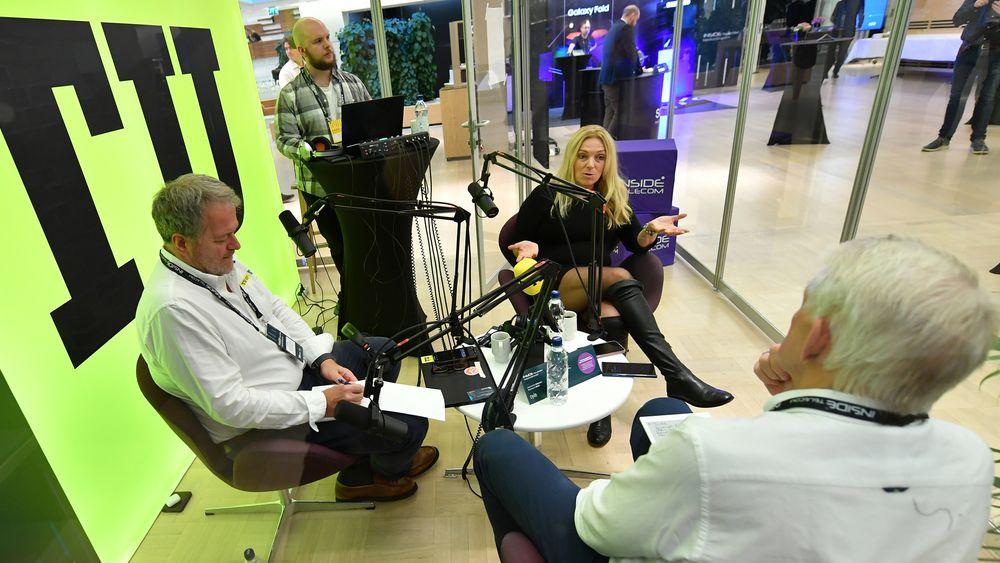 Konserndirektør for tele i Lyse-konsernet Toril Nag i samtale med TUs sjefredaktør Jan M. Moberg (til venstre) og journalist Odd Richard Valmot (foran).