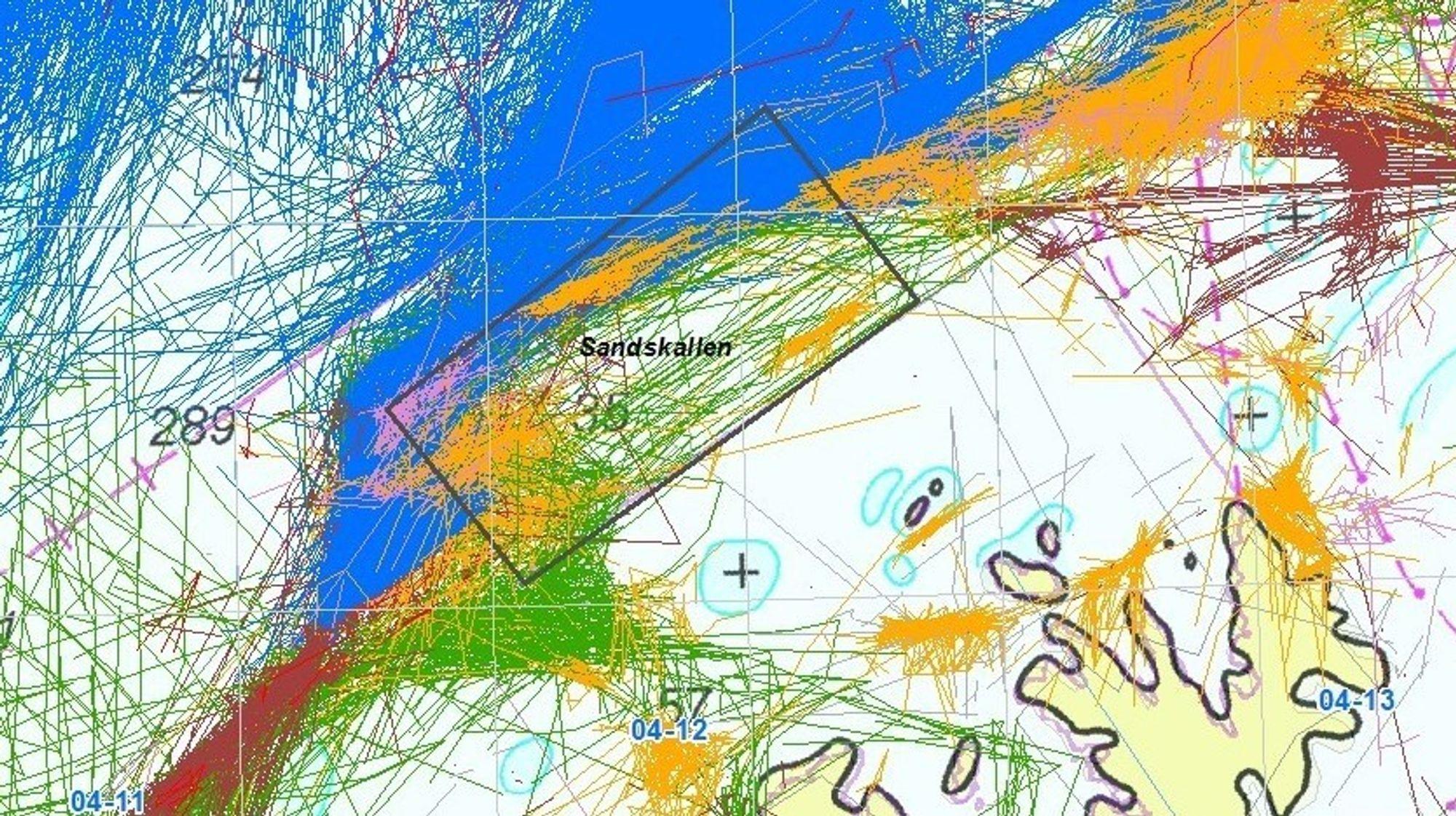 Bildet viser fiskeriakriviteten nord for Sørøya mellom 2014 og -18, og danner grunnlaget for Fiskeridirektoratets syn om at firkanten Sandskallen ikke er egnet for havvindpark. Strekene med ulik farge symboliserer ulike fiskeredskaper.