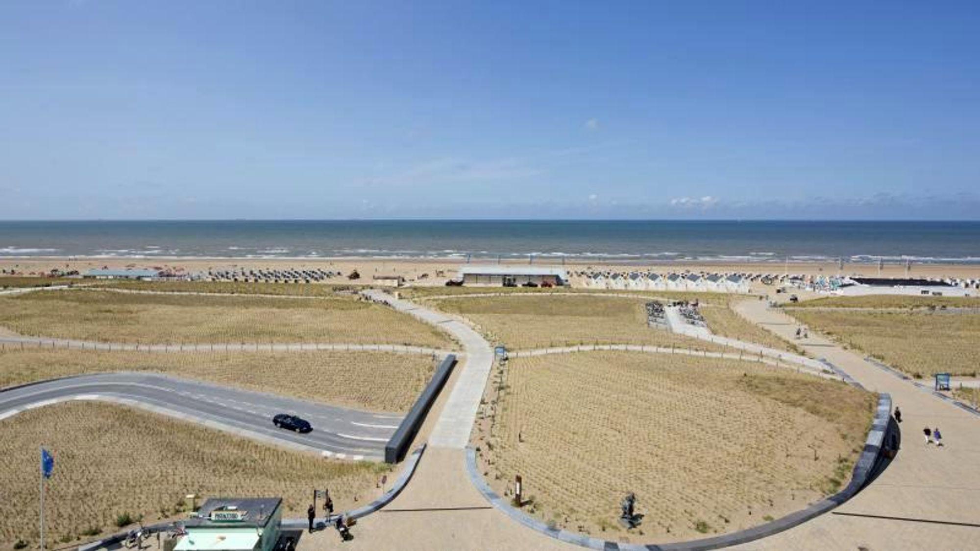 Byen Katwijk ved kysten av Nederland manglet beskyttelse mot nordsjøbølgene. Men et tradisjonelt dike ville skade byens tiltrekningskraft på de økonomisk viktige badegjestene. Løsningen ble å utvide stranden og anlegge skjulte diker i form av kunstige klitter, hvor én av dem kom til å romme en garasje til 650 biler.