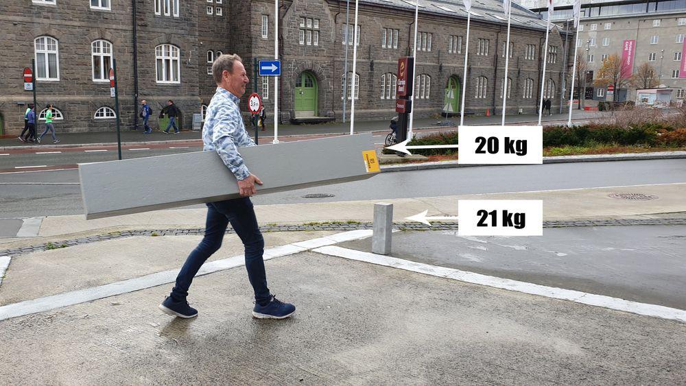 En to meter lang Foamrox-søyle tar du under armen, mener Rolf Jakobsen. Om den hadde vært i betong, ville den veid rundt 200 kilo.