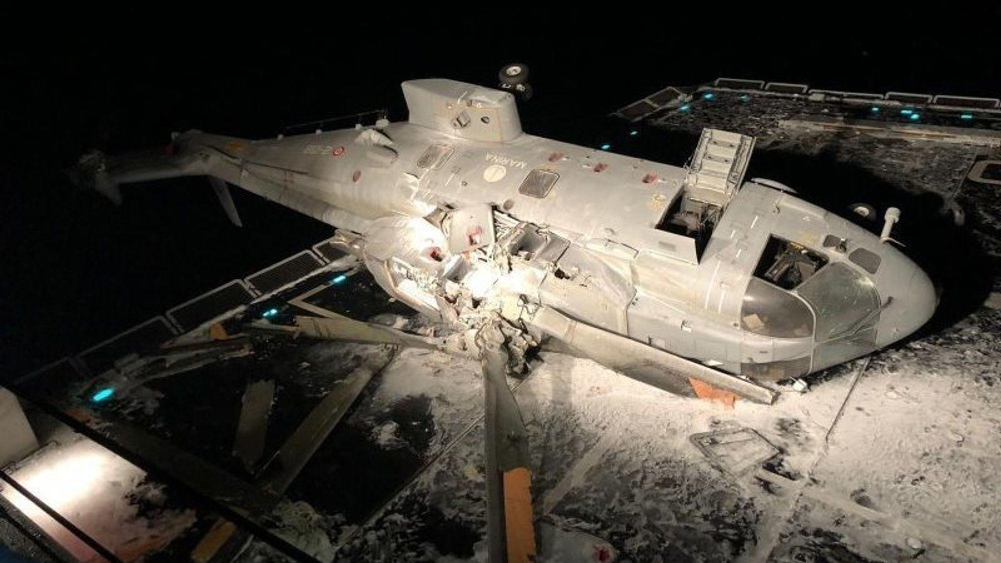 Det italienske SH101-helikopteret ble heldigvis liggende på dekk etter havariet, og de seks om bord slapp fra ulykken uten skader.