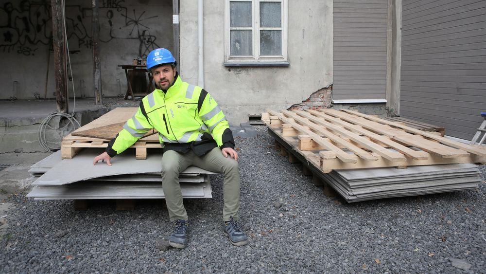 Prosjektleder Håvar Haugen Espelid har fått tak i brukte fasadeplater til ombruksbygget.