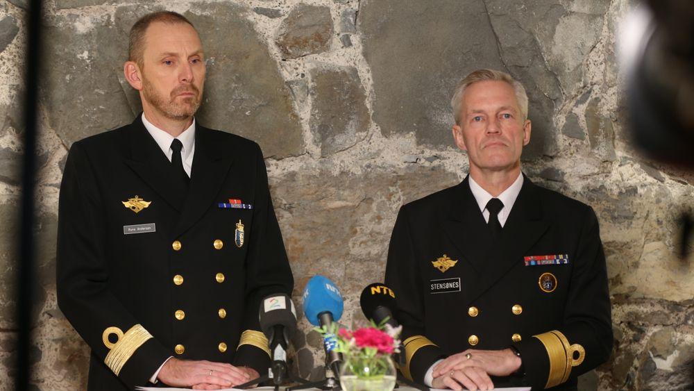 Sjef i marinen, Rune Andersen (t.v.) og sjef i Sjøforsvaret Nils Andreas Stensønes holder pressekonferanse på Besøkssenteret på Akershus Festning.