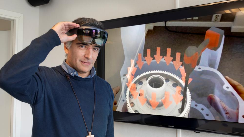 Manuel Oliveira er forsker i SINTEF og leder det nye spinoff-selskapet KIT-AR. Her demonstrerer han teknologien som blant annet kan gi deg ny kunnskap, akkurat når du trenger den.