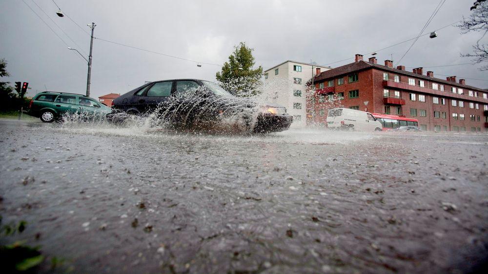 Ved intens nedbør er det et økende problem med avrenning av store vannmengder. Rett og slett fordi det sprenger kapasitet på eksisterende rørnett, skriver artikkelforfatteren.