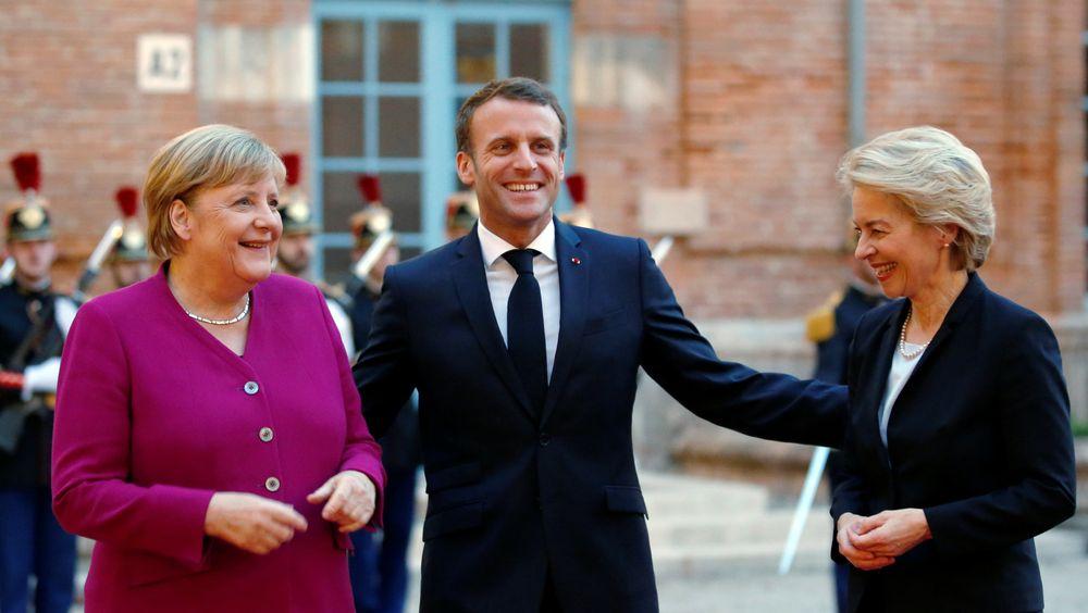 Påtroppende EU-president Ursula von der Leyen (til høyre) har kunngjort en plan for en karbontoll på varer innført fra resten av verden. Her er hun sammen med den tyske rikskansleren Angela Merkel og den franske presidenten, Emmanuel Macron.