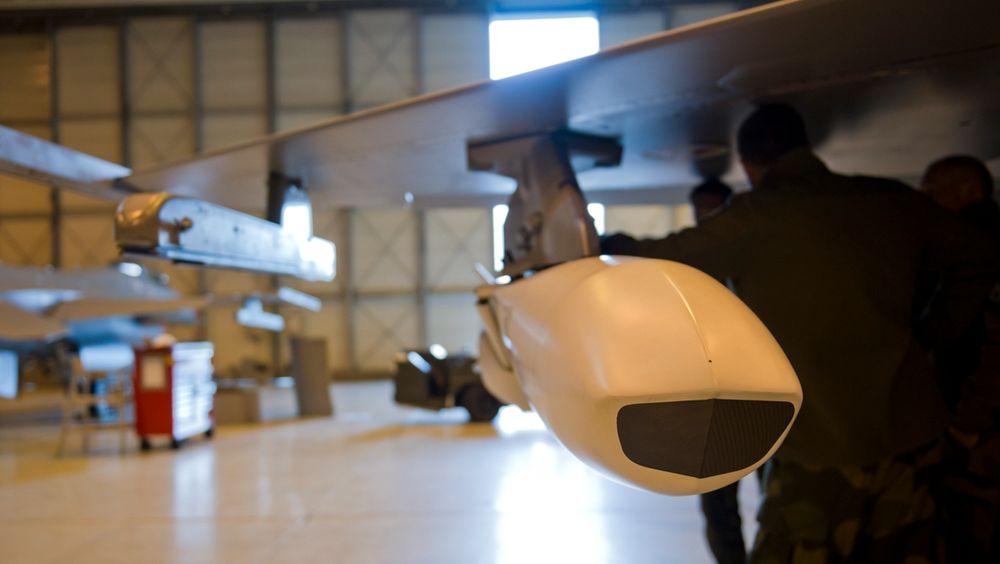 JSM-missil påmontert F-16 under en «fit check». På F-35 kan de bæres innvendig.
