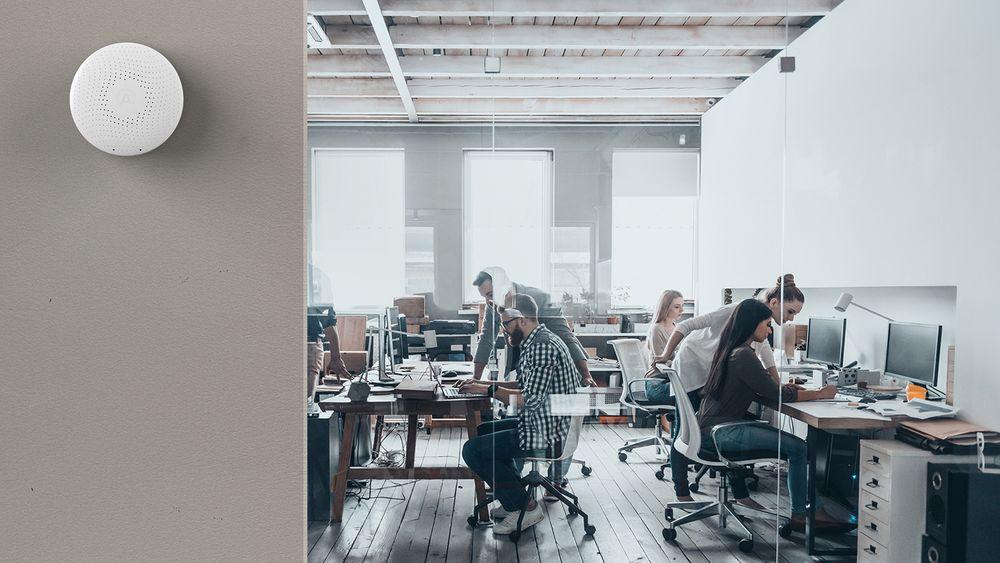 Airthings luftkvalitetsmåler på veggen i et kontormiljø