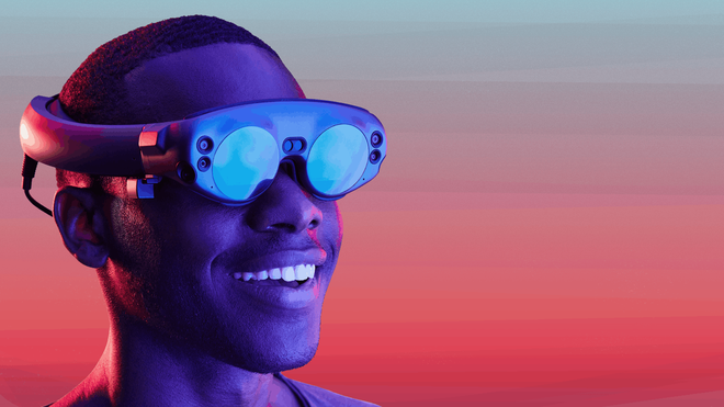 Person med AR-brillene Magic Leap One.