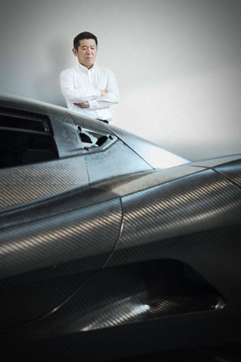 Masanori Yoshida er sjef for Aspark, og er nå klar til å vise frem bilen.