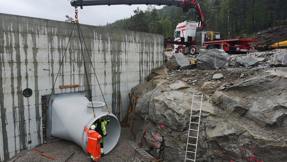 Småkraftbransjen holder pusten mens regjeringen behandler et forslag om å ilegge bransjen full grunnrenteskatt. Bildet er fra byggingen av Liemyr kraftverk i Sirdal.