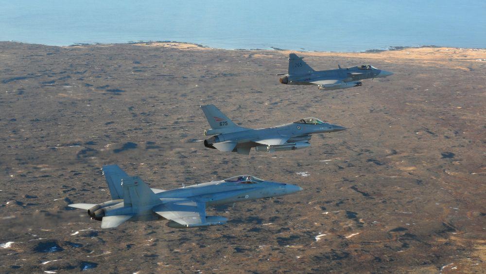 Finsk F-18 (nærmest), norsk F-16 og svensk Jas-39 Gripen over Island i 2014.