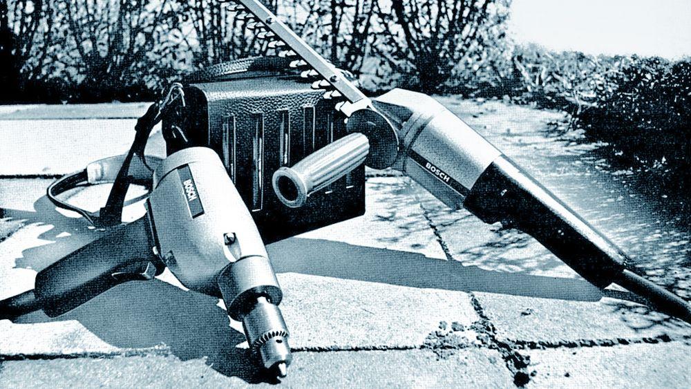 Anno 1969: Bosch to første batteriverktøy, en drill og en hekksaks, hadde ledning til det tunge blybatteriet man måtte ha over skulderen.