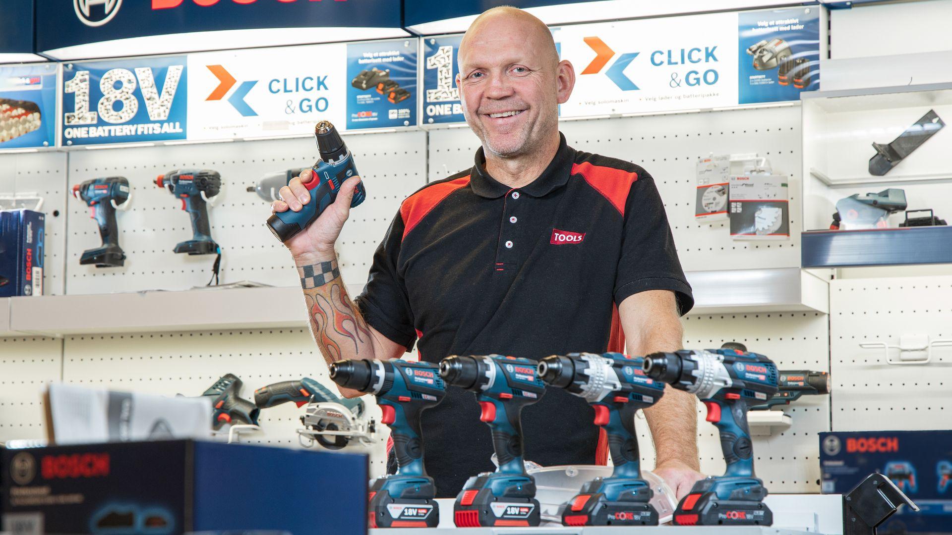 Ståle Henriksen i TOOLS-butikken i Askim gir råd om drill.