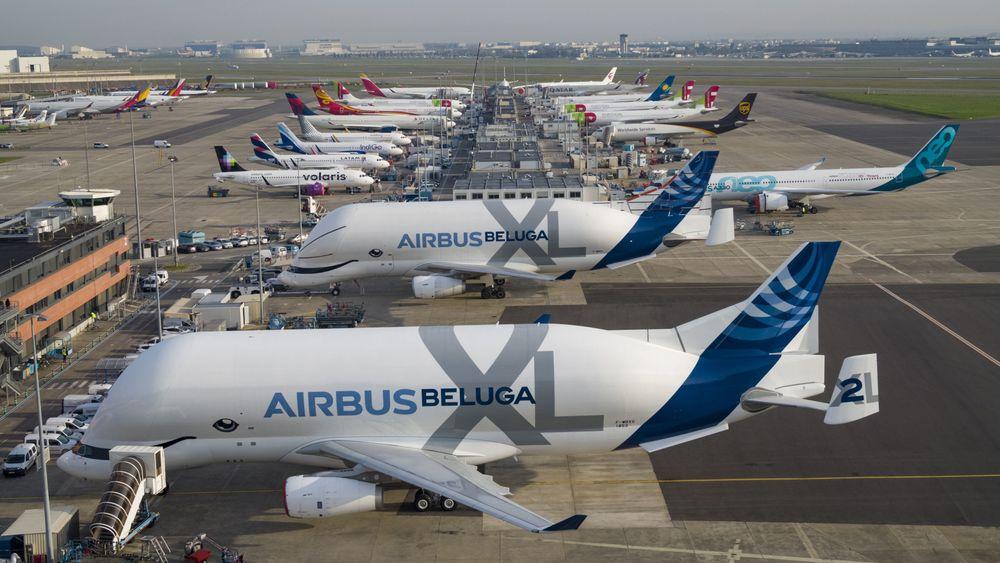 De to første Beluga XL-flyene på Airbus-fabrikken på Toulouse-Blagnac lufthavn. De skal settes i drift tidlig i 2020.