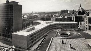 Etter 50 år går det ubønnhørlig mot slutten for det senmodernistiske hovedverket: Se bildene