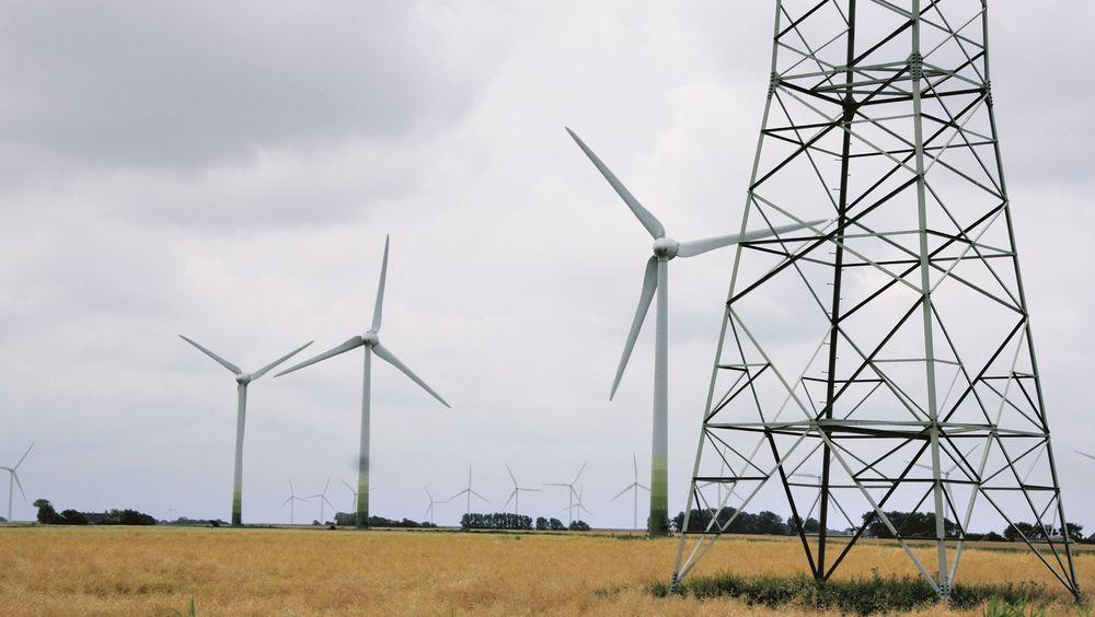 Å stoppe danske vindmølleparker fordi Danmark ikke kan bruke den grønne strømmen er en uholdbar situasjon, men som kan løses med kjent teknologi, sier eksperter.