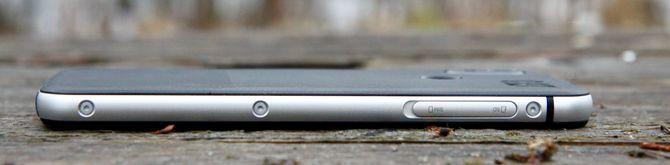 Kantene i aluminium gir telefonen et ganske tøft utseende, og skruene langs sidene forsterker inntrykket av at dette er en telefon beregnet på røff bruk.