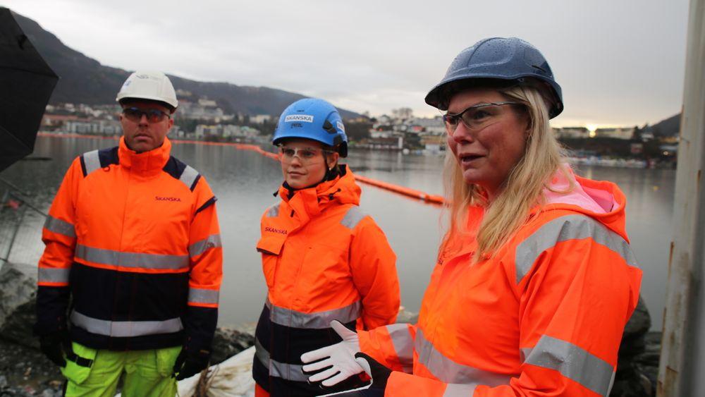 F.v. Formann for grunnarbeid Jørn Kaland, rådgiver for ytre miljø Silje Marie Tinderholt og prosjekteier Therese Braseth i Skanska har hyret inn den nyetablerte oljevernklyngen Nosca Clean Oceans for å samle sjøplast fra Bybane-utbyggingen.