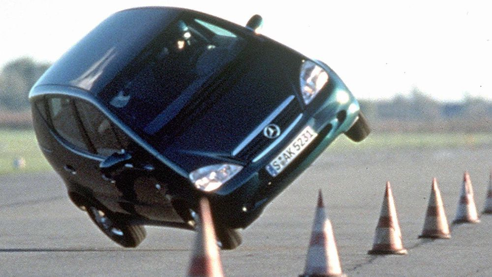 Her et bilde fra en test tyske Autobild gjennomførte i oktober 1997. Sjåføren, Michael Specht fortalte at de først mistenkte dekkene, men at bilen ble testet med mange forskjellige dekk uten at det bedret situasjonen. Den gangen var det ukjent at en tom batterikasse i bunnpannen hevet tyngdepunktet.