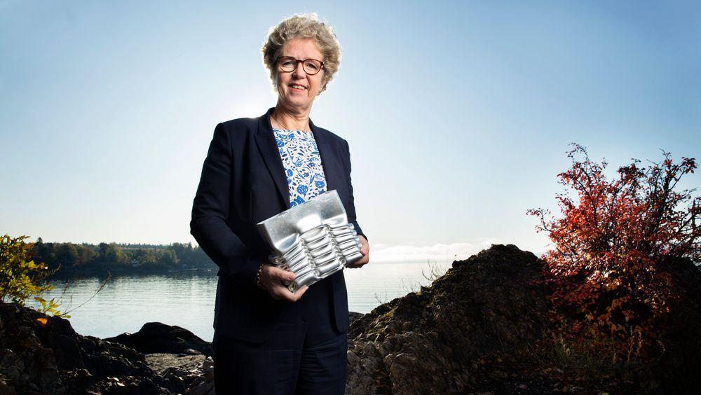 Mektig: Fortune Magazine har rangert Hilde Merete Aasheim som verdens 13. mektigste kvinne i næringslivet. I hendene holder hun en krasjboks som har trukket seg sammen etter sammenstøtet – et livreddende Hydroprodukt.