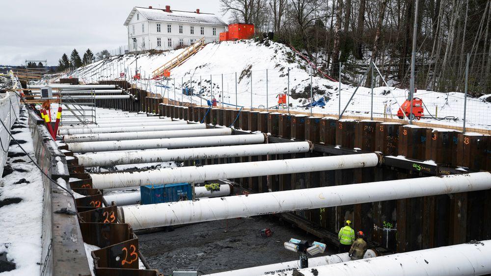 Da første løp i Wergelandstunnelen skulle drives raste deler av tunnelen sammen, derfor bygges det nye løpet med en åpen byggegrop.